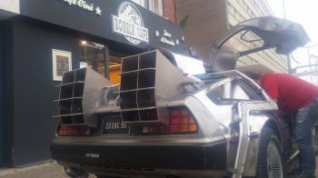 Retour vers le futur… ou plutôt vers le Bobble Café avec la DeLorean !